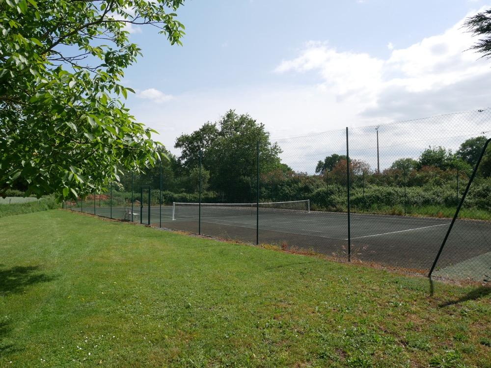 Les Deux Chenes - Loire Valley Farmhouse - Tennis Court