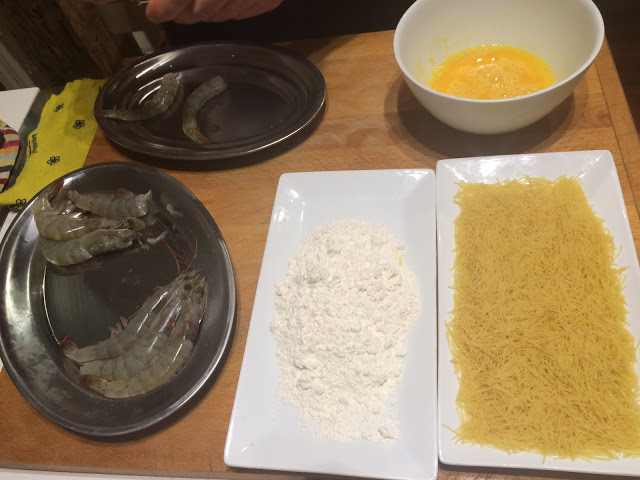 All set to make the delicious urchin prawns - Tenedor tours cooking class - San Sebastian